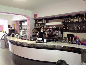 Bancone del Bar Hestrò a Marina di Gioiosa Ionica