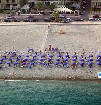 Vista aerea del lido spiaggia privata Sabbia d'oro Beach a Marina di Gioiosa Ionica