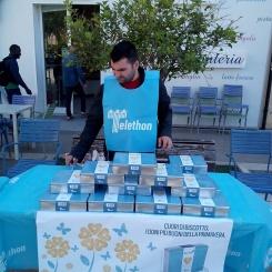 Stand in piazza zaleuco a marina di gioiosa ionica per Telethon 2016 e i cuori di biscotto organizzato dalla pro loco per gioiosa marina 2